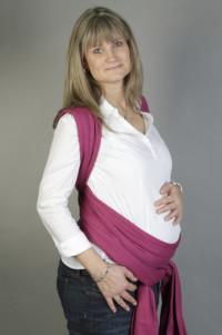Schwangere mit Tuch in Schwangerenbindeweise
